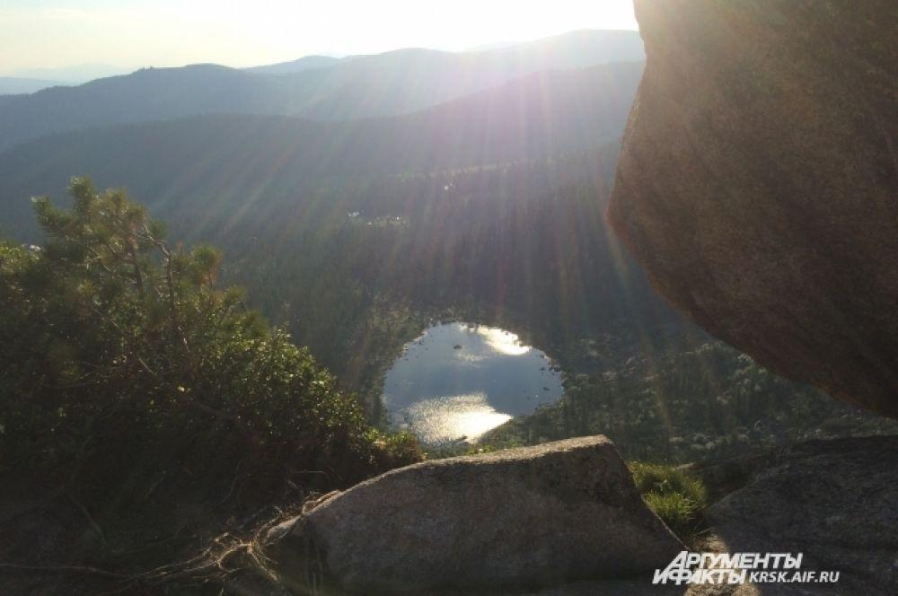 Вид на озеро с «Висячего камня».