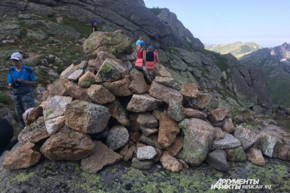 Забравшись на гору, некоторые туристы собирают пирамидки из камней. Они считают, что этот обряд принесёт им удачу в путешествиях.
