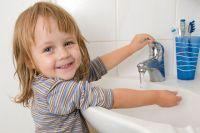 Приучите ребёнка чаще мыть руки.