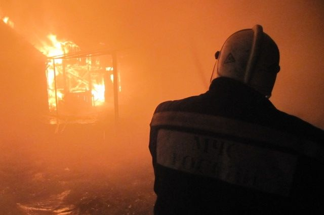В Оренбурге пожарные потушили очередной расселенный дом.