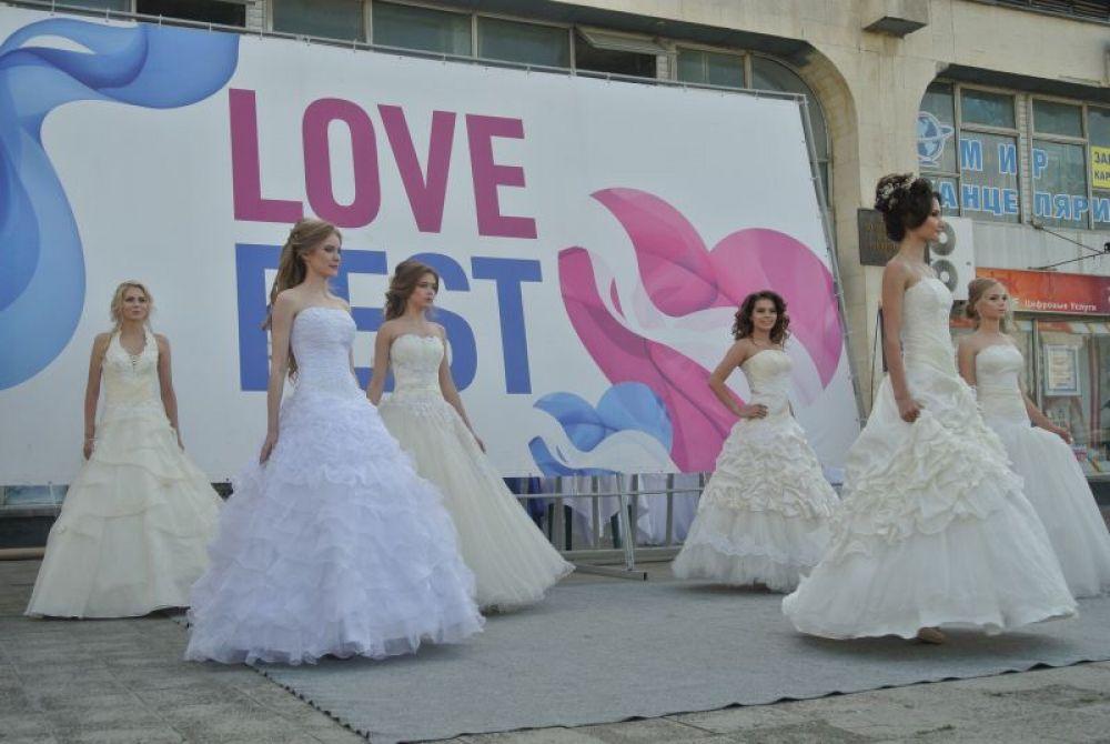 Дефиле театра моды «Эксклюзив». Собрали невест ученицы Fashion Look academy и мастера из центра красоты, здоровья и фитнеса «Бьюти-клуб»