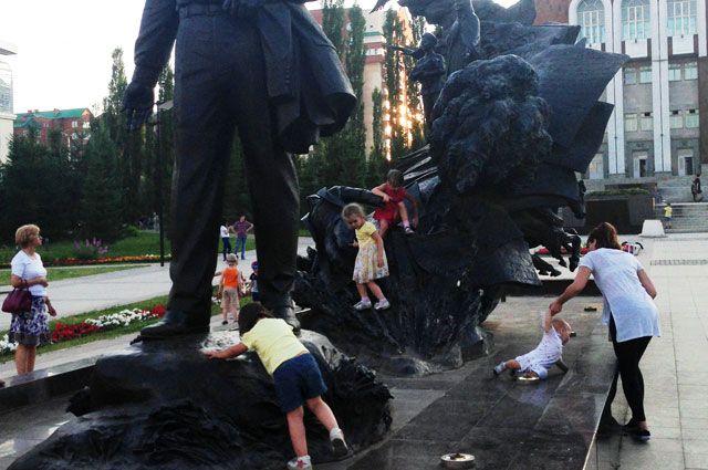 Неработающий фонтан у памятника Мустаю Кариму облюбовали дети.