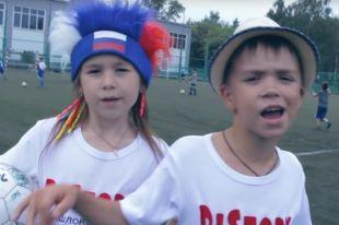 Песня начинается строчками «Во поле команда стояла/Во поле Россия забивала».
