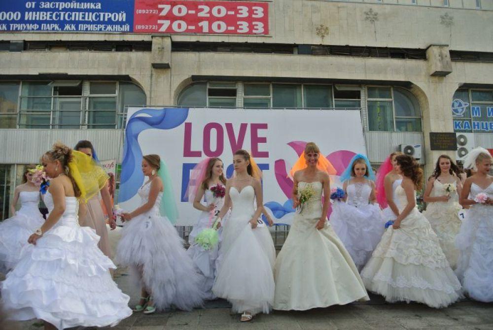 Невесты готовятся кидать букеты