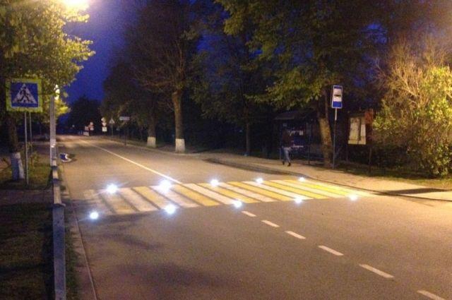 В Зеленоградске пешеходные переходы подсветили специальными лампочками.