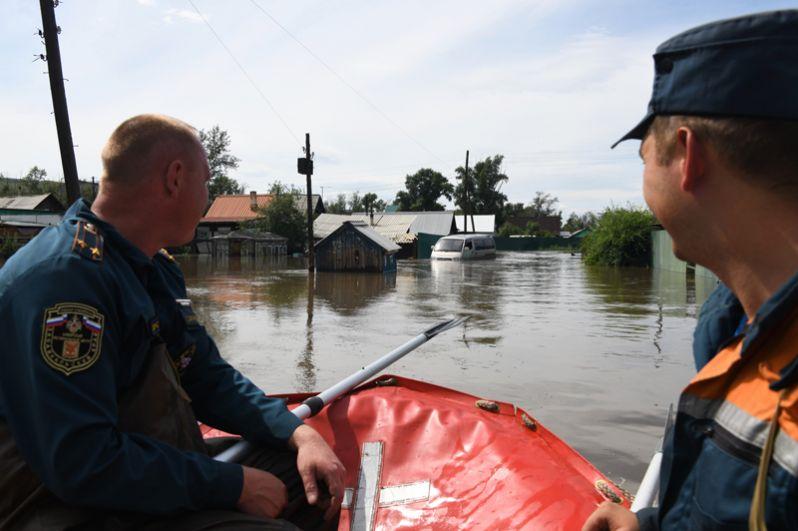 Сотрудники МЧС на затопленной в результате паводка улице в городе Чите.