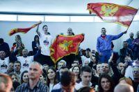 Люди радуются победе лидера Демократической партии социалистов Черногории Мило Джукановича в первом туре президентских выборов в Черногории. Апрель 2018 г.