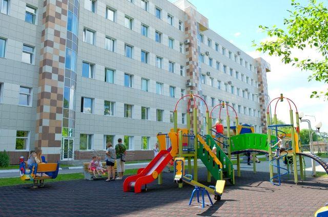 Врачи уверены, что установка игровой площадки сделает пребывание маленьких пациентов больницы комфортным, поскольку прогулки на свежем воздухе позитивно влияют на физическое и умственное развитие детей