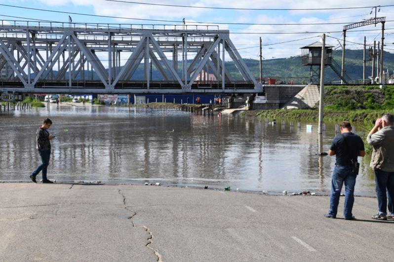 Затопленная дорога под железнодорожным мостом в Чите.