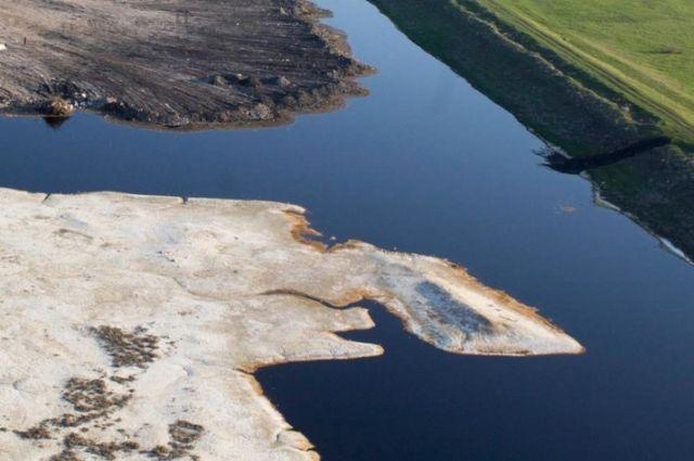 Пруд-накопитель синтетических жирных кислот вот уже больше полугода утюжат бульдозеры, закапывая вглубь опасные отходы.