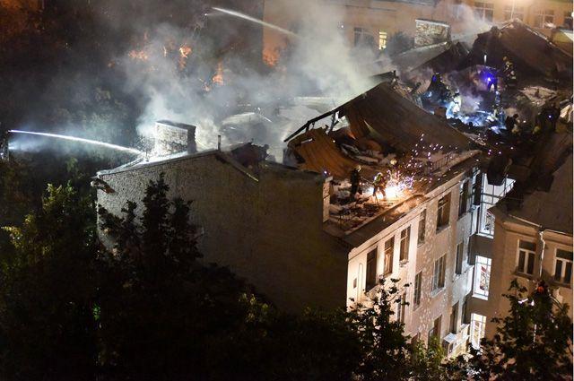 Во время пожара на Пятницкой огонь из квартиры перекинулся на кровлю дома.
