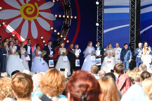 Семь пар многодетных семей заключили брак в рамках акции «Большая свадьба» на территории Музея - заповедника «Царицыно» на фестивале «Московская семья» в День семьи, любви и верности в Москве.
