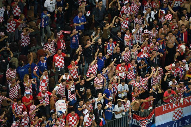Болельщики сборной Хорватии радуются победе на стадионе «Лужники» в Москве.