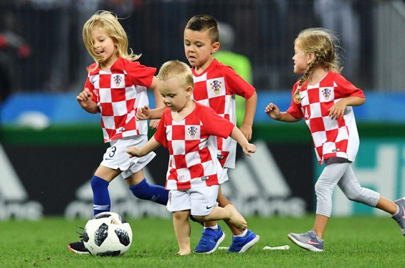 Дети игроков сборной Хорватии на поле после окончания полуфинального матча чемпионата мира по футболу.