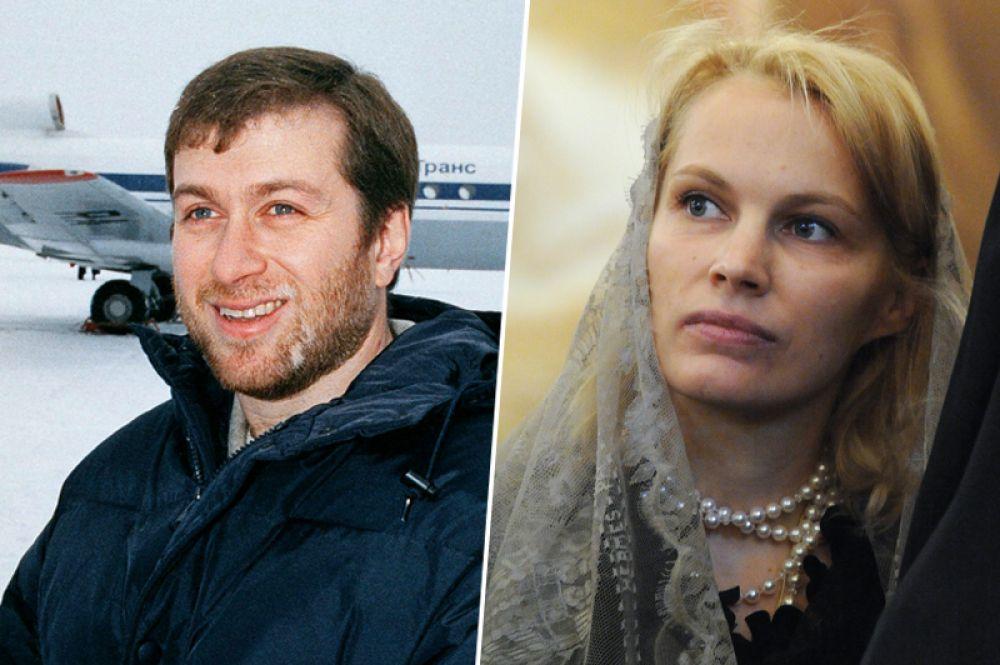 Роман и Абрамович и Ирина Маландина. В октябре 1991 года Роман Абрамович женился на Ирине Маландиной. Начинающий бизнесмен познакомился с девушкой в самолете, где та работала стюардессой. У пары родилось пятеро детей — два сына и три дочери. После 16 лет брака супруги оформили развод.