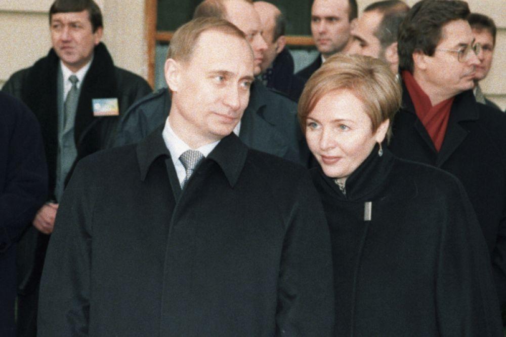 Владимир и Людмила Путины. В 1980 году их познакомил общий друг. Он позвал Путина в театр, а также пригласил Людмилу с ее подругой. На тот момент девушка работала стюардессой и прилетела в Ленинград всего на три дня. Спустя 3 года после знакомства Владимир Путин сделал Людмиле Шкребневой предложение. Их брак продолжался ровно 30 лет, у супругов двое взрослых дочерей — Мария и Катерина.