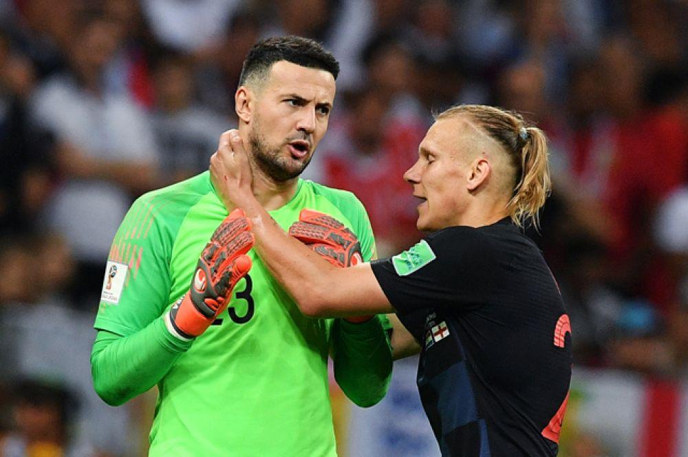 Вратарь Даниэль Субашич (Хорватия) и Домагой Вида (Хорватия)