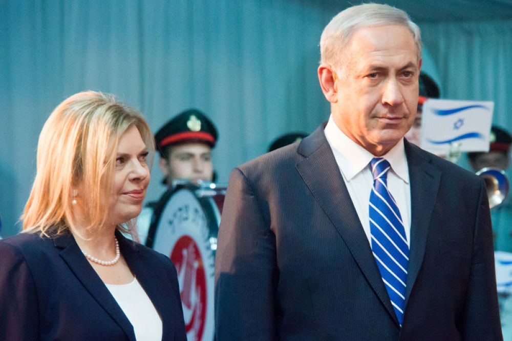 Биньямин и Сара Нетаньяху. В 1991 году будущий премьер-министр Израиля женился в третий раз — на стюардессе авиакомпании El Al Саре Бен-Арци. Они познакомились в самолете, летевшем из Нью-Йорка в Израиль. У пары двое сыновей – Яир и Авнер.