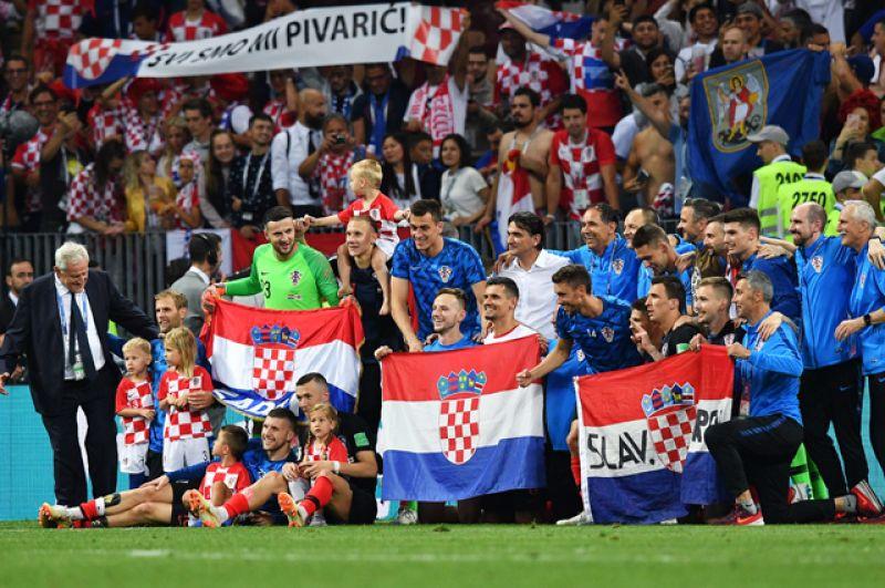 Игроки сборной Хорватии и болельщики радуются победе.