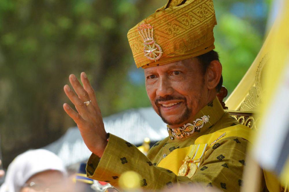 Хассанал Болкиах и Мариам Абдул Азиз. Вторая жена султана Брунея Мариам Абдул Азиз работала стюардессой Royal Brunei Airlines. Хассанал Болкиах развелся с ней в 2003 году, лишив всех королевских титулов.