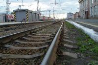 Мужчина лег на рельсы перед приближающимся поездом