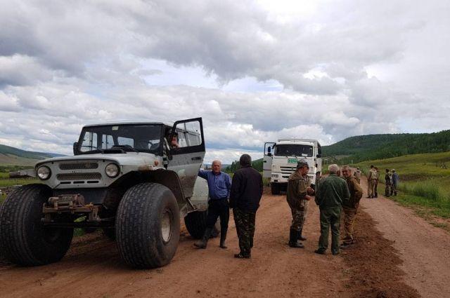 Работники лесхоза прочесывали границы местности на технике высокой проходимости.