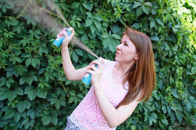 При походе в лес используйте репеллент, защищающий от клещей, комаров и мошкары.
