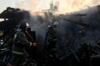 Пожар в поселке Октябрьский произошел рано утром.