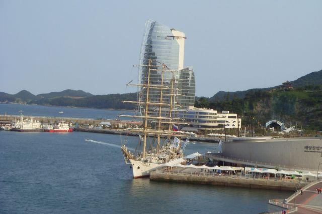 Отели, подобные парусу, расположены на берегу моря.