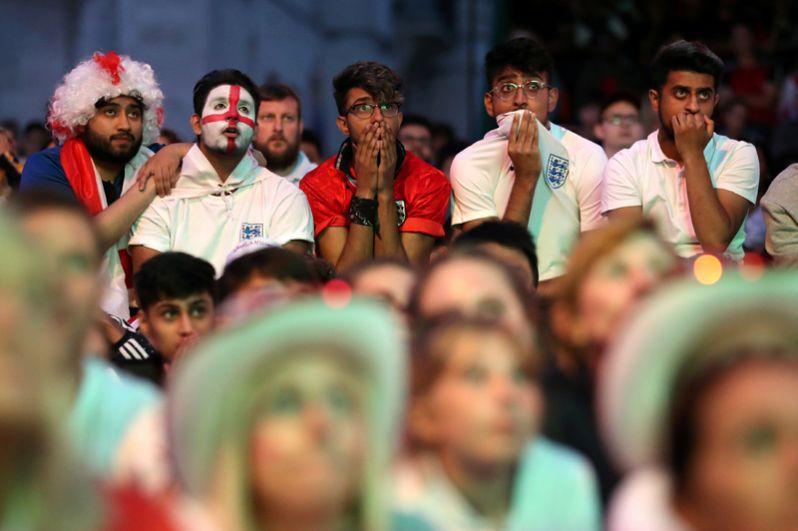 Английские болельщики в британском городе Лидс.