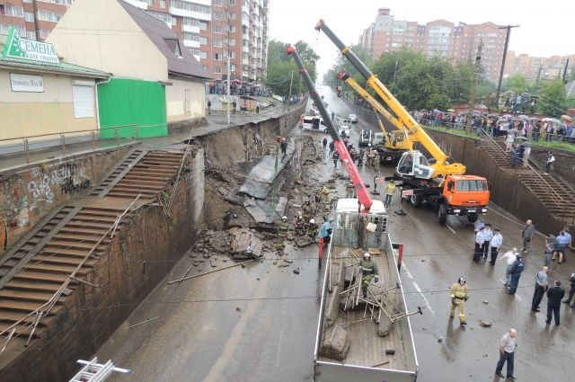 В 2013 году обрушилась подпорная стена на пр. Свободный.