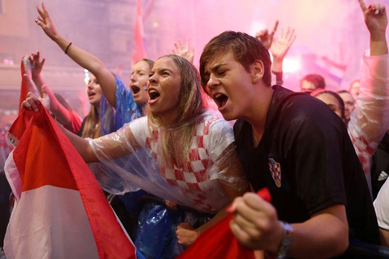 Болельщики Хорватии в фанзоне в Загребе.