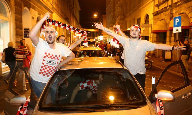 Хорватские болельщики празднуют победу в Загребе.