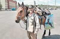 Цзин Ли и Караман, которого ему подарили в Карачаево-Черкесии.