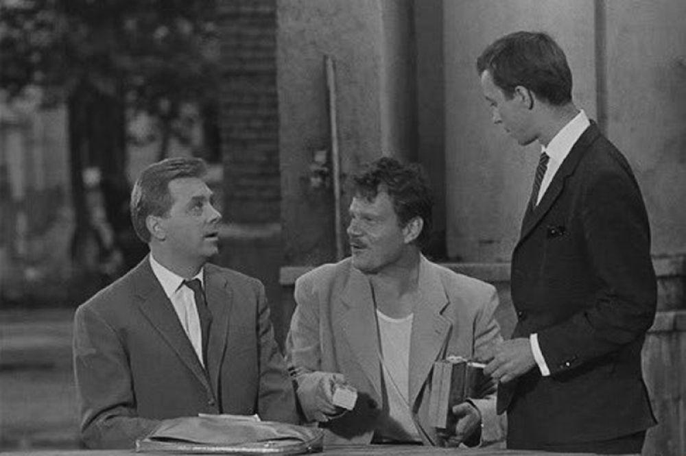 «Дайте жалобную книгу» (1964) — азартный сосед.