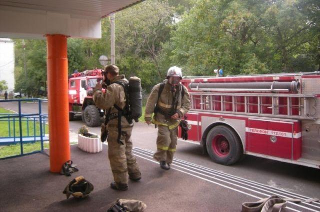 На тушение деревянного дома в Ноябрьске брошены все пожарные силы города