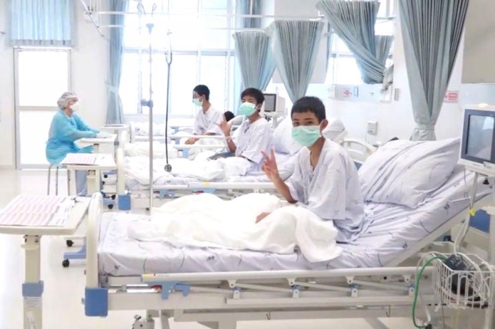 Дети, спасенные из затопленной пещеры в Таиланде, в одной из больниц города Чианграй.