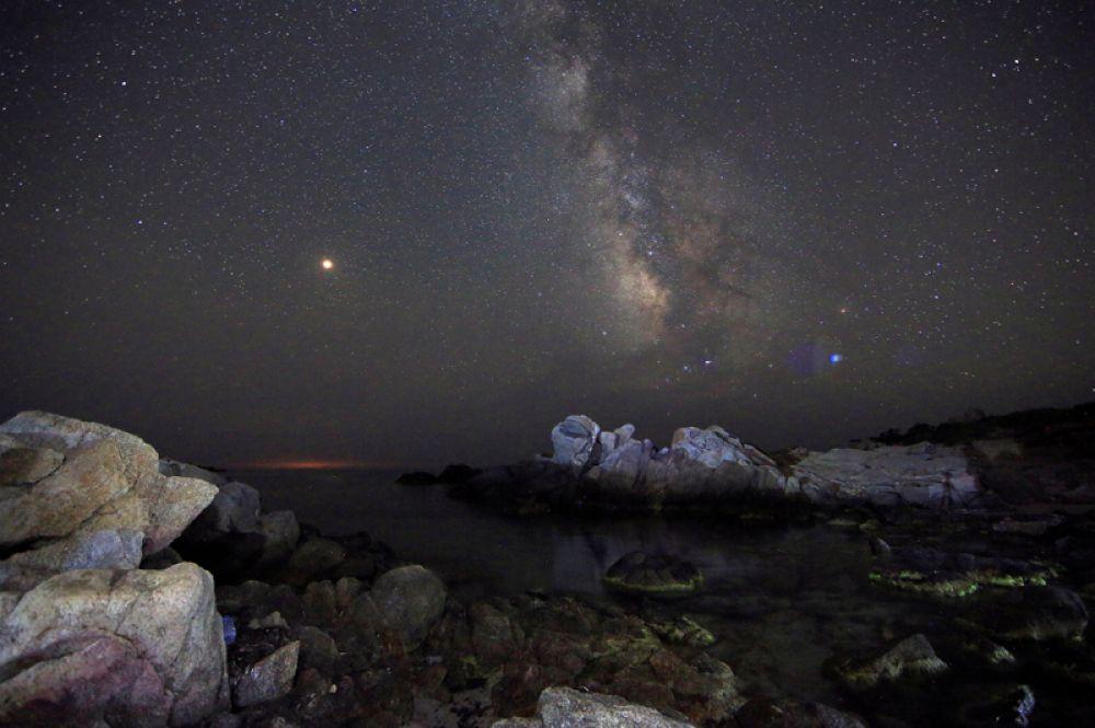 Вид на млечный путь с пляжа на острове Сардиния, Италия.