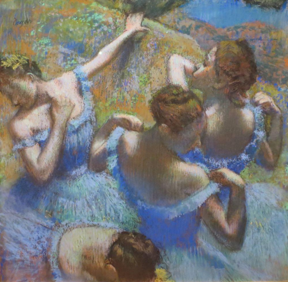 Голубые танцовщицы. 1897 год. Хрупкие и невесомые фигурки балерин предстают перед зрителем то в полумраке танцевальных классов, то в свете софитов на сцене, то в короткие минуты отдыха. Кажущаяся безыскусность композиции и незаинтересованная позиция автора создают впечатление подсмотренной чужой жизни. Это произведение относится к позднему этапу творчества Дега, когда из-за ослабшего зрения он стал работать большими цветовыми пятнами.
