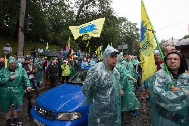 Активисты под стенами Верховной Рады разбили автомобиль нардепа