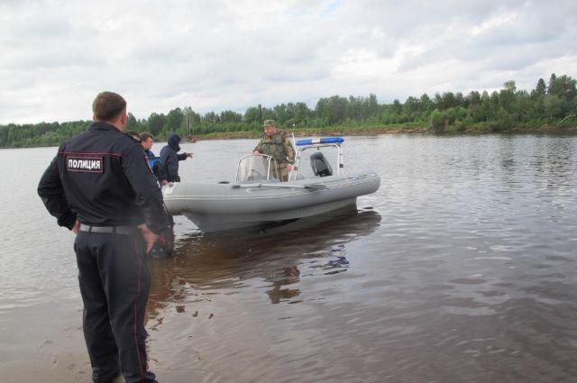 На месте работали спасатели и сотрудники полиции.