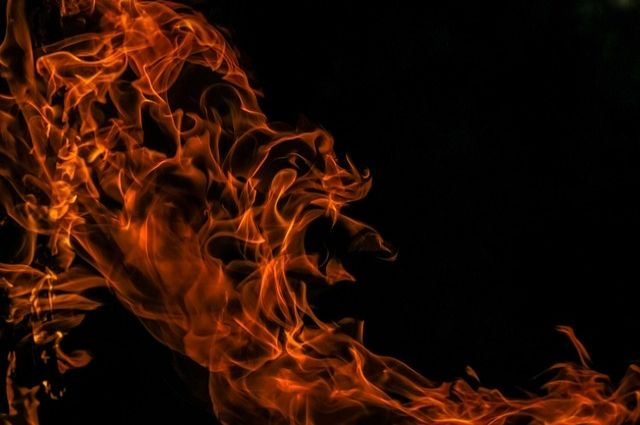 Соцсети: в Оренбурге горела сухая трава в районе Загородного шоссе.