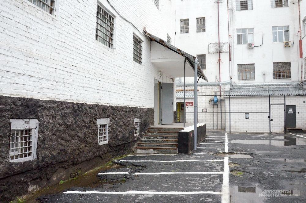 Здесь имелись 2 комнаты для опасных преступников на 12 мест, 3 большие комнаты, общей вместимостью на 56 человек, для мужчин, привлечённых к ответственности или осуждённых «по разным преступлениям», 1 комната для женщин на 7 мест, а также 2 рабочие комнаты для мужчин и женщин. На втором этаже этого здания обустроили часовню, а также камеры больницы и для малолетних преступников.