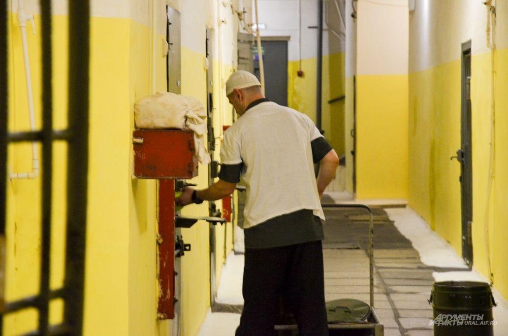 Заключенных кормят три раза в день: в 7 утра, в 12 часов дня и в 6 вечера.