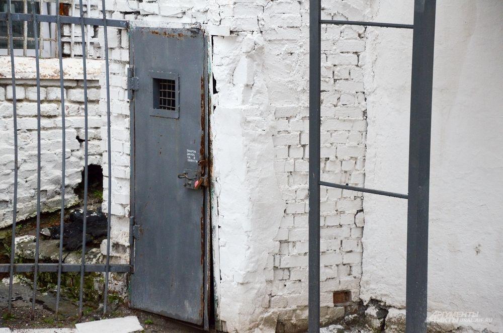 Сооружение пенитенциарного комплекса оценивалось почти в сто тысяч рублей. Выделение значительной для того времени суммы казначейством осуществлялось по частям. Строили тюремный замок быстро и качественно.
