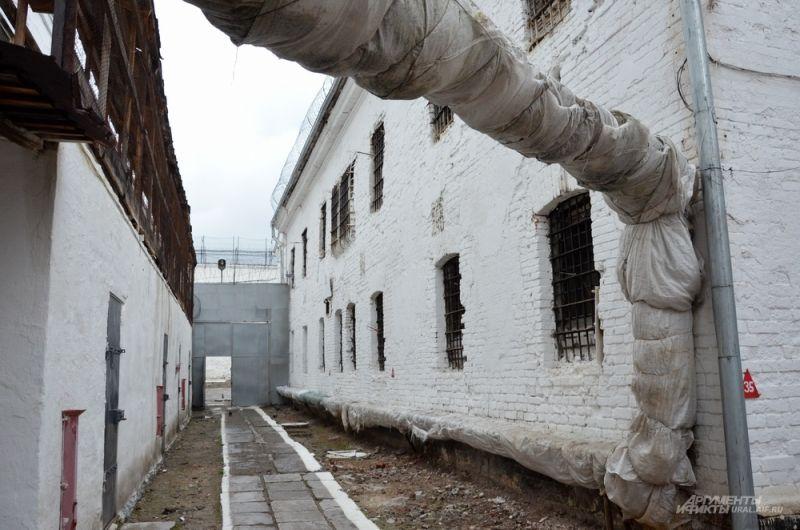 В начале XIX века в столице горнозаводского Урала стало необходимым строительство современного пенитенциарного учреждения. Существовавший здесь ранее деревянный острог не соответствовал задачам реформы отечественного тюремного ведомства, которая началась в 1819 -1821 годах.