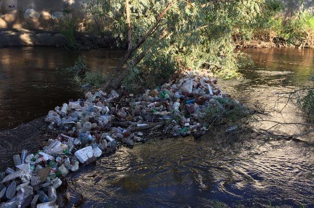 В России много рек загрязнены.