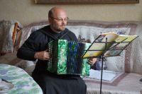 Гармонь для батюшки выбрал сам Павел Уханов – заслуженный гармонист России, официальный представитель фабрики «Тульская гармонь».