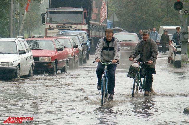 Улицы Калининграда затопило из-за сильного дождя.
