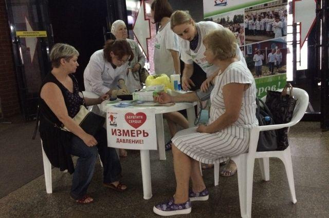 Жители Омска на площадке здоровья смогли измерить давление.